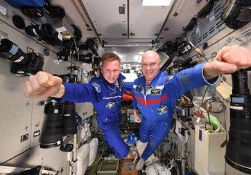 Kozmonotlar ve astronotlar sonunda dünyaya geri döndü
