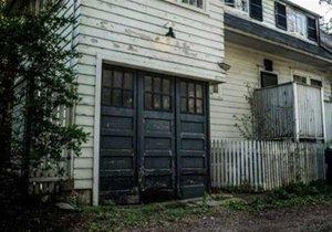 Yeni satın aldığı evin garajından çıkanı görünce şoke oldu!