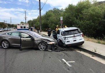 Tesla'nın otomatik pilotu polis aracına çarptı