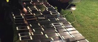 Coachella festivalinde 100 akıllı telefon çalan adam!
