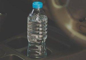 Aracınızın içinde sakın pet şişe bırakmayın