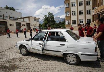 Liselilerin 'uzatma kablosu'yla çalışan aracı test sürüşüne çıktı