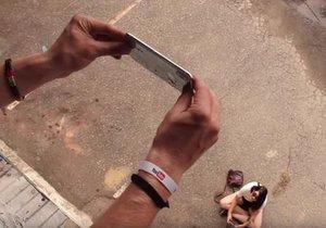 iPhone X'i işte bu şekilde aşağıya attı!