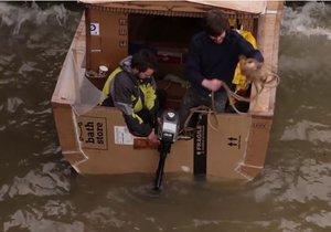 Kartondan gemiyle denize açıldılar