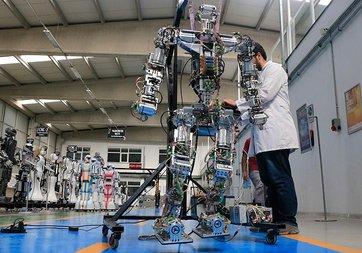 Adım atan insansı robot 'Akıncı-4' görücüye çıktı