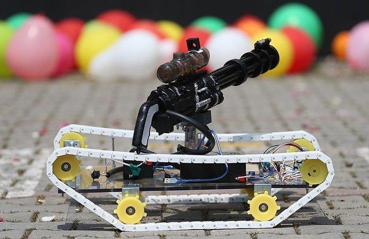 Lise öğrencisi lazer güdümlü insansız tank prototipi geliştirdi