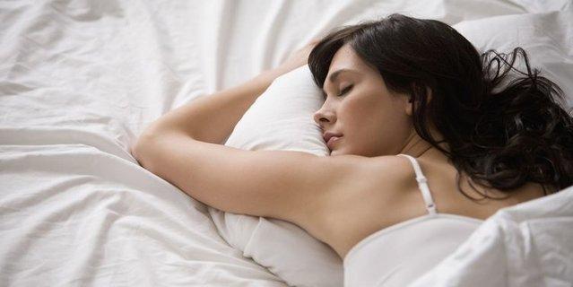 İnsanlar uykuya dalarken neden düşme hissi yaşar?