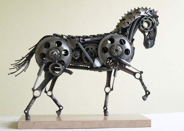 Sanatçı hurdadan muhteşem hayvan heykelleri yaptı