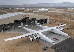 Dünyanın en büyük uçağı hangarından dışarı çıktı