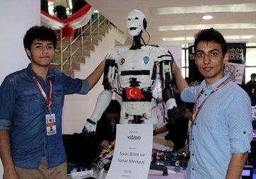 Sivaslı öğrencilerden insansı robot 'Yiğido'