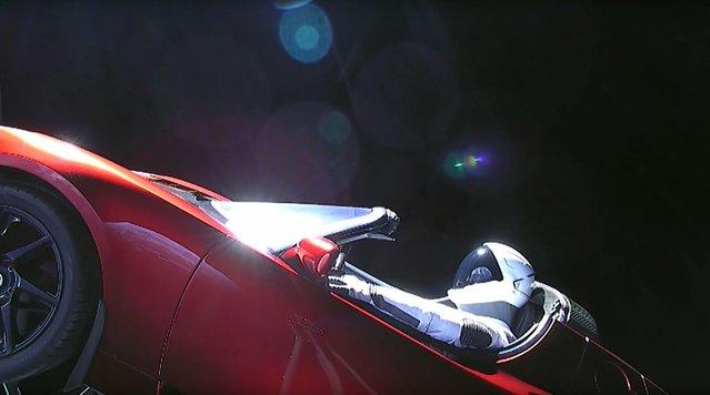 Tesla Roadster'i uzaya göndererek Paranın satın alamayacağı reklamı yaptı