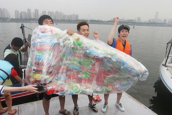 Patates cipsi poşetlerinden tekne yaptılar