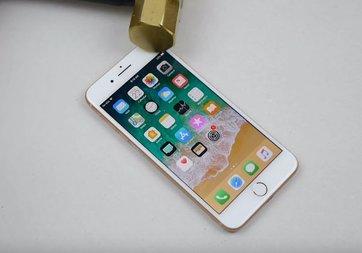 iPhone 8 Plus çekiçten kaçamadı