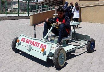 Ortaokul öğrencisi atık malzemelerden 'go kart' aracı yaptı
