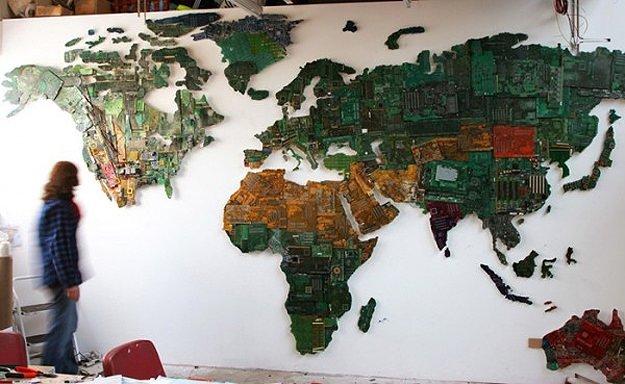 Bilgisayar parçalarından dünya haritası
