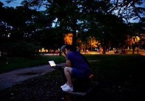 Küba'da internet için sokaklara çıkıyorlar