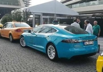 Uber'e karşı Tesla marka turkuaz taksi