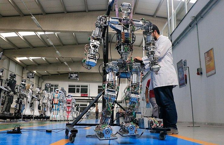 ADIM ATAN İNSANSI ROBOT 'AKINCI-4' GÖRÜCÜYE ÇIKTI