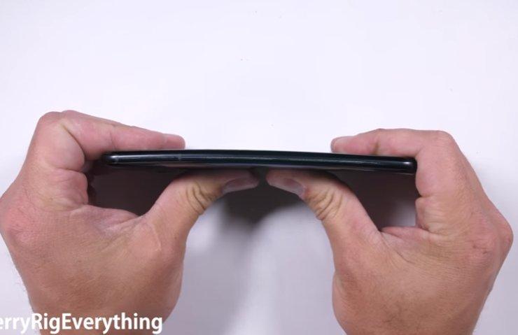 HTC U11 ÇİZİLME, BÜKÜLME VE YANMA TESTİNDE