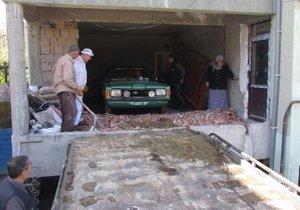 Bina içindeki otomobil 37 yıl sonra dışarı çıktı