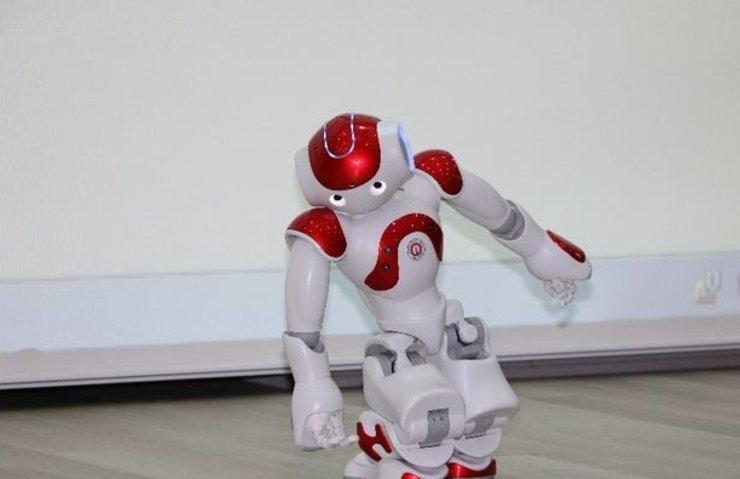 GÖSTERİ YAPAN İNSANSI ROBOT 'BAYILDI'
