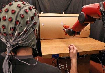 Beyin dalgalarından komut alan robot