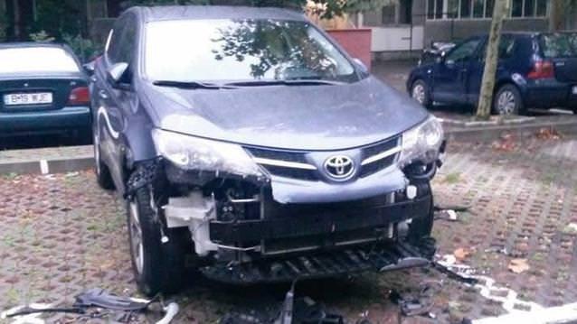 Aç köpekler Toyota Rav4'ü yedi