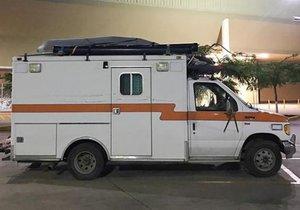 Eski bir ambulansı alıp inanılmaz bir karavana çevirdi!