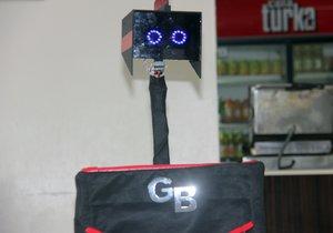 Liseli öğrencilerin yaptığı robot sipariş alıyor
