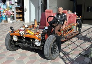 Hurda parçalardan otomobil yaptı