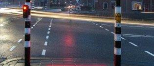 Telefonla yolda yürüyenler için lazerli trafik ışıkları