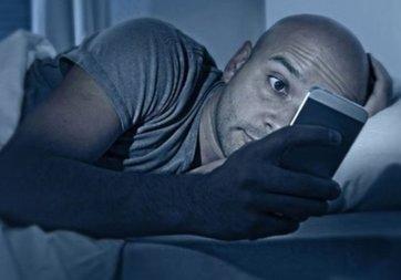 Cep telefonuyla uyumak kanser ve kısırlık nedeni!
