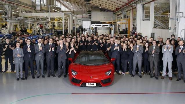 Lamborghini Aventador 5000'i devirdi