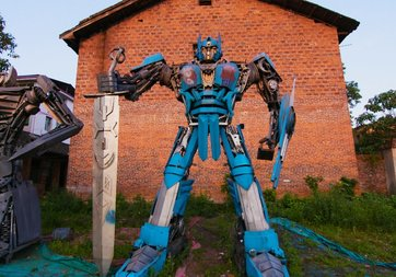 Çöplerden Transformers robotları yaptılar