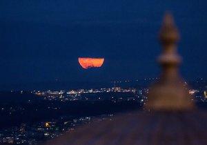 Yılda bir defa görülen 'süper ay'dan harika görüntüler